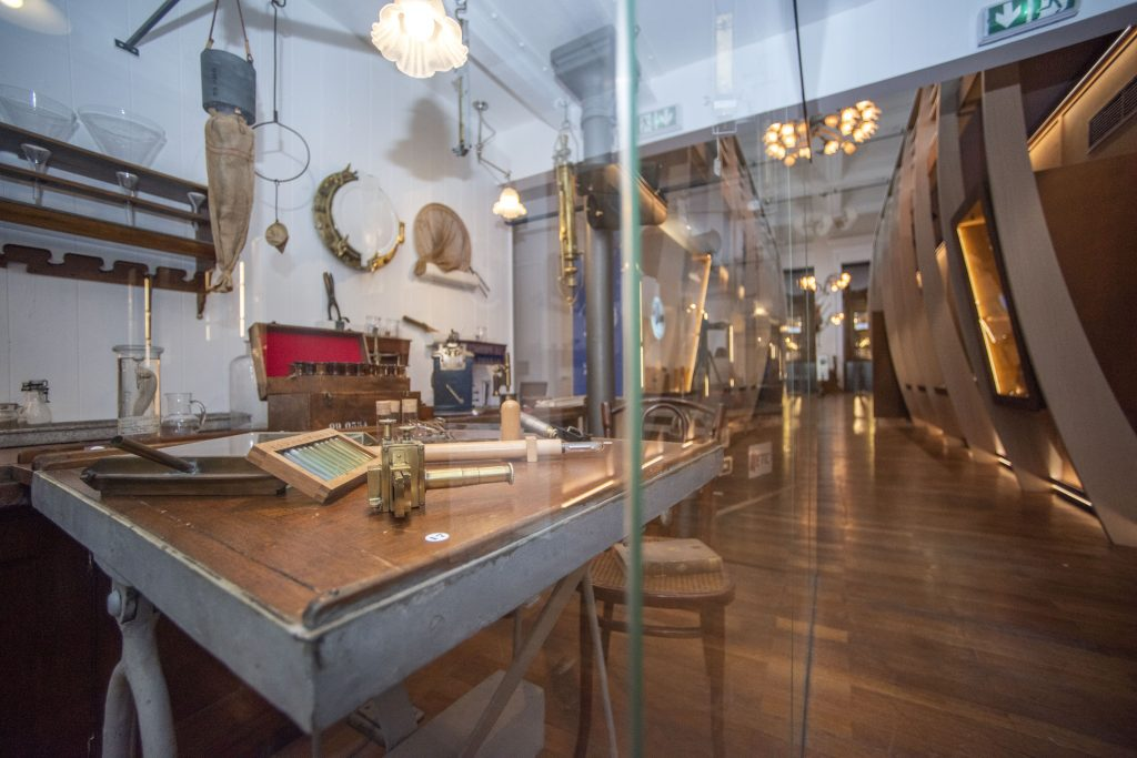 « Monaco et l'Océan : de l'exploration à la protection ». Espace dédié à l'engagement de la Principauté et de ses Princes en faveur des Océans.  UNE EXPÉRIENCE DE VISITE PORTÉE PAR UNE SCÉNOGRAPHIE IMMERSIVE  Le Musée océanographique , lieu chargé d'histoire au patrimoine riche, dévoile un nouvel espace sans précédent. « Monaco et l'Océan » propose un véritable voyage dans le temps, de 1906 à nos jours. Confiée à l'agence Koya Farell, la scénographie se veut immersive, digitale, engageante.  Ici, les nouvelles technologies sont mises au profit de l'histoire, des collections patrimoniales et scientifiques de l'établissement centenaire permettant le mariage singulier du réel et du virtuel, l'alliance parfaite de l'objet et du numérique. Le parcours est composé de surprises et d'étonnements, pour stimuler la réflexion, mobiliser les sens, capter l'attention du public qui devient acteur de sa visite, puis acteur pour les océans.  « Monaco & l'Océan » a la volonté de partager de manière ludique des décennies de recherches, de découvertes et de savoir. Le parcours visiteur s'appuie sur un itinéraire interactif où l'Homme regarde d'abord la mer depuis la surface, puis, il plonge dans les profondeurs pour s'élever à nouveau au-dessus de l'immensité de l'océan, afin d'observer et mieux comprendre les grands enjeux de la planète bleue, et de sa conservation.  Exploratoire et intimiste, le parcours retrace progressivement l'histoire et l'actualité d'une relation particulière : celle de 3 hommes, 3 destins, entre passé, présent et un futur qu'il reste à construire.